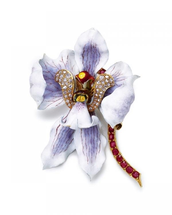 如果穿深色衣服,搭配上這樣淺色的花朵胸針,不但讓妳成為眾人的焦點,優雅指數也更為加分。