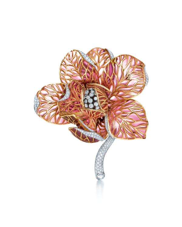 Tiffany 空窗琺瑯鑽石木蘭花鑽石胸針,花瓣上半透著光的粉紅色就是空窗琺瑯技藝。