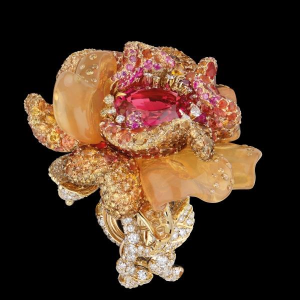 戴點粉橘色的珠寶,特別能夠襯托出女人的柔媚。