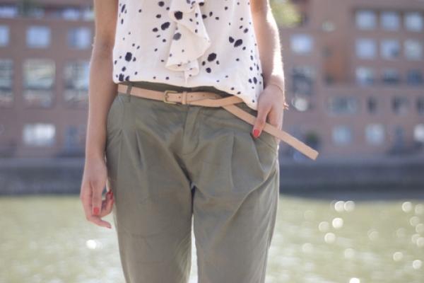選擇帶有科技材質的上衣,能完美修飾上半身肥胖的缺點。