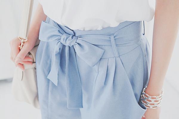 垂墜布料有直向線條的修飾效果,能修飾橫向的臀圍並讓腿看起來更修長。