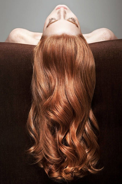 正確清潔頭皮是擁有一頭清爽秀髮的關鍵。 Photo via harpersbazaar.com