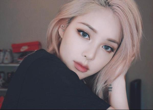 韓妞肌膚發光靠「這盤」!讓彩妝師PONY教妳怎麼用「紅色」遮黑眼圈