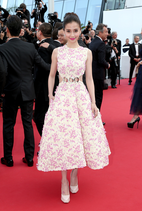 Angelababy 穿 Dior 現身坎城影展紅毯。