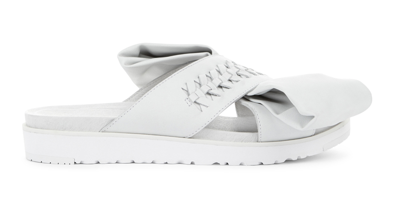 Ugg x Preen 聯名系列Raven Bow 白色平底涼鞋,11,500元。