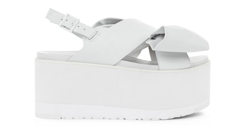 Ugg x Preen 聯名系列Raven Bow 白色平底涼協鞋,12,500元。