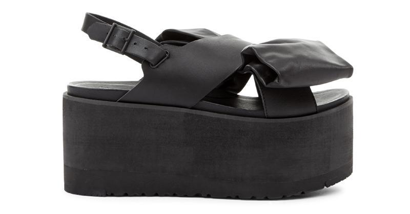 Ugg x Preen 聯名系列Raven Bow 黑色平底涼鞋,12,500元。