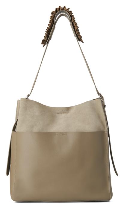 AllSaints Maya 灰色麂皮拼接背帶抓皺肩背包,14,900元。