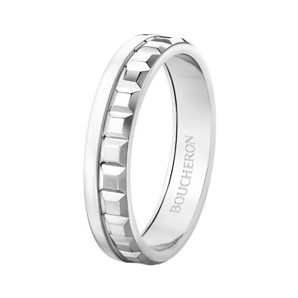 Quatre Radiant系列,白K金窄版戒指,價格店洽。