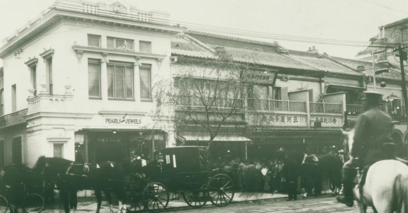1906年,遷址於銀座四丁目大道上的MIKIMOTO本店,成為熙來攘往的街道上最醒目的名品店,而MIKIMOTO的進駐也引領銀座成為世界奢華名品匯聚的時尚之都。