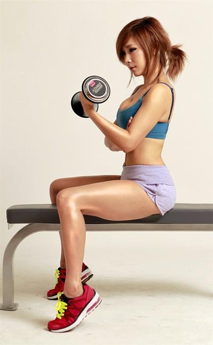 為了保持良好的體形,除了減肥操之外,強化練習也是她每天的功課。