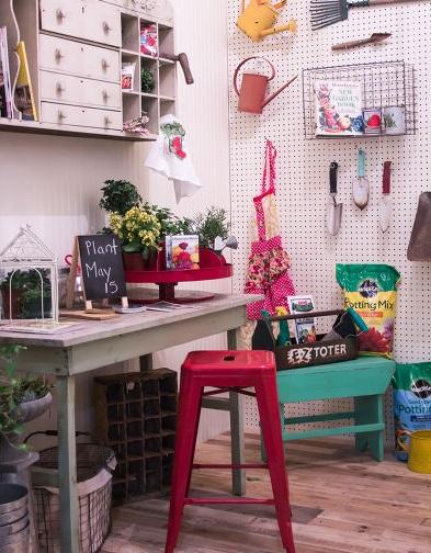 牆面還能掛上許多園藝工具