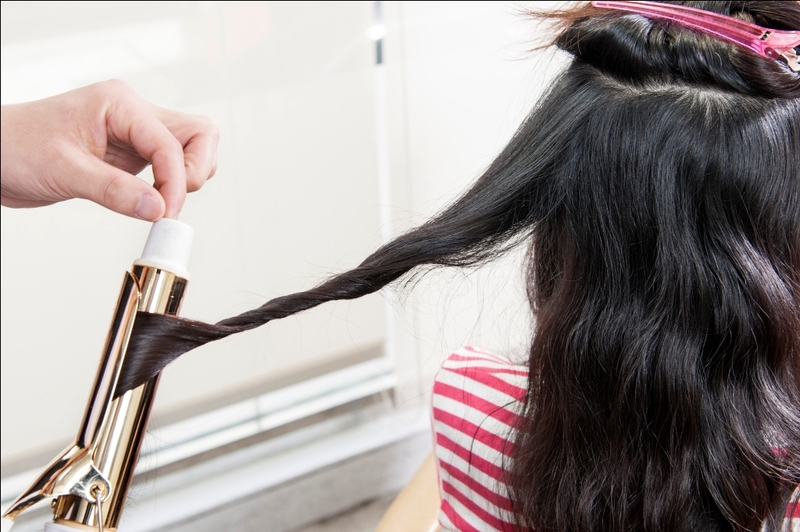 浪漫微捲髮型 STEP2:為使捲度更為自然,可將電棒鬆拉一下後,再依序向下順拉