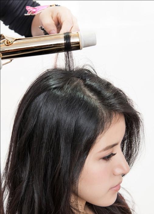 浪漫微捲髮型 STEP3:使用電棒將髮根拉一個大C,加強頂部頭髮的蓬度