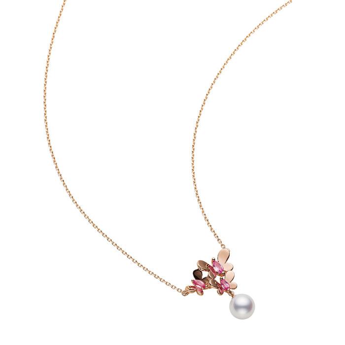 MIKIMOTO-蝶舞翩翩 床坐上秉持著過猶不及的觀念,相反地是以能磣脫女性的考量去構思作品  珍珠粉紅剛玉墜鍊, 40,000元