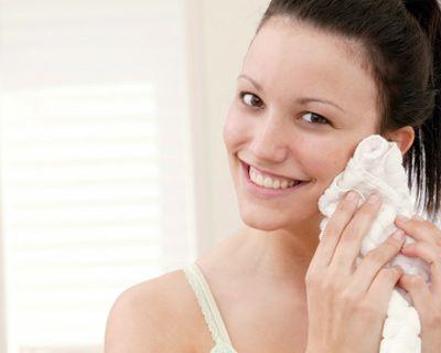 你的指腹是最佳的潔面工具,假如真的需要使用毛巾,你必須確保毛巾乾淨