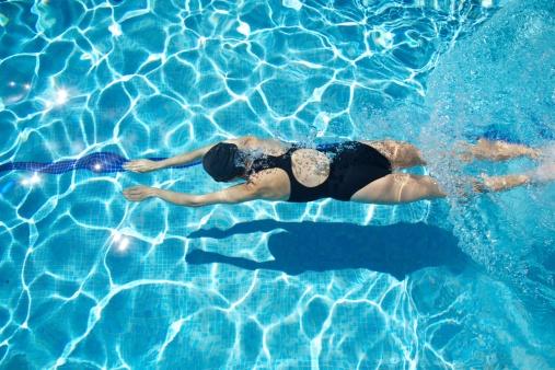 産後女性在水中活動,水的浮力會減輕對關節的壓力