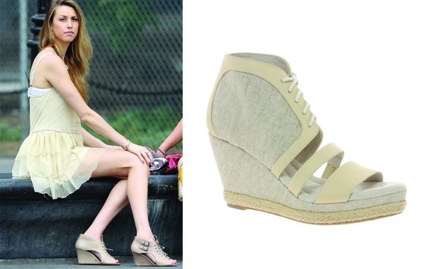 惠特妮波特(Whitney Port)選近膚色的楔形鞋,能創造和諧視覺效果,讓鞋子感覺上連著雙腿,整個腿的比例更修長。