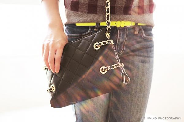 因為上身已是印花款,選一個設計上有details 的手袋,這樣會十分搶眼!