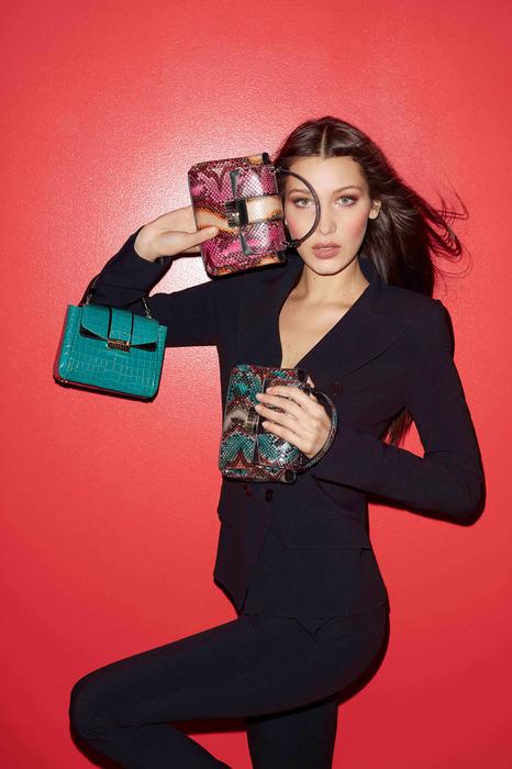 寶格麗秋冬配件華麗登場,學Bella Hadid背上經典包款使壞